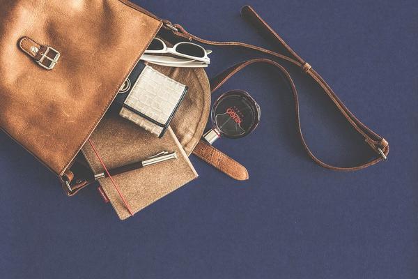 modne torebki zamszowe listonoszki